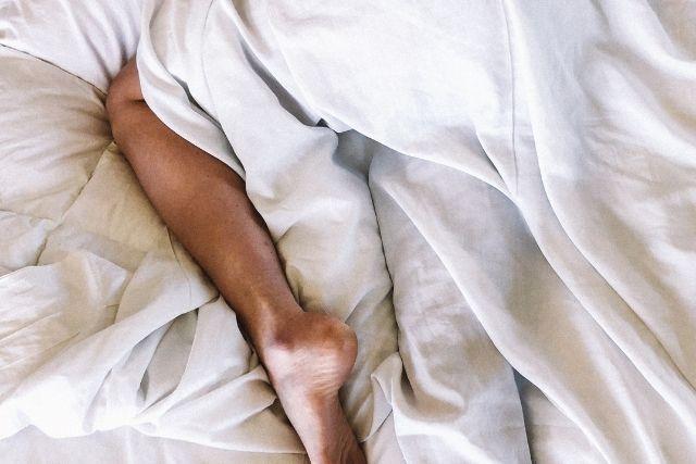 ベッドに横たわる女